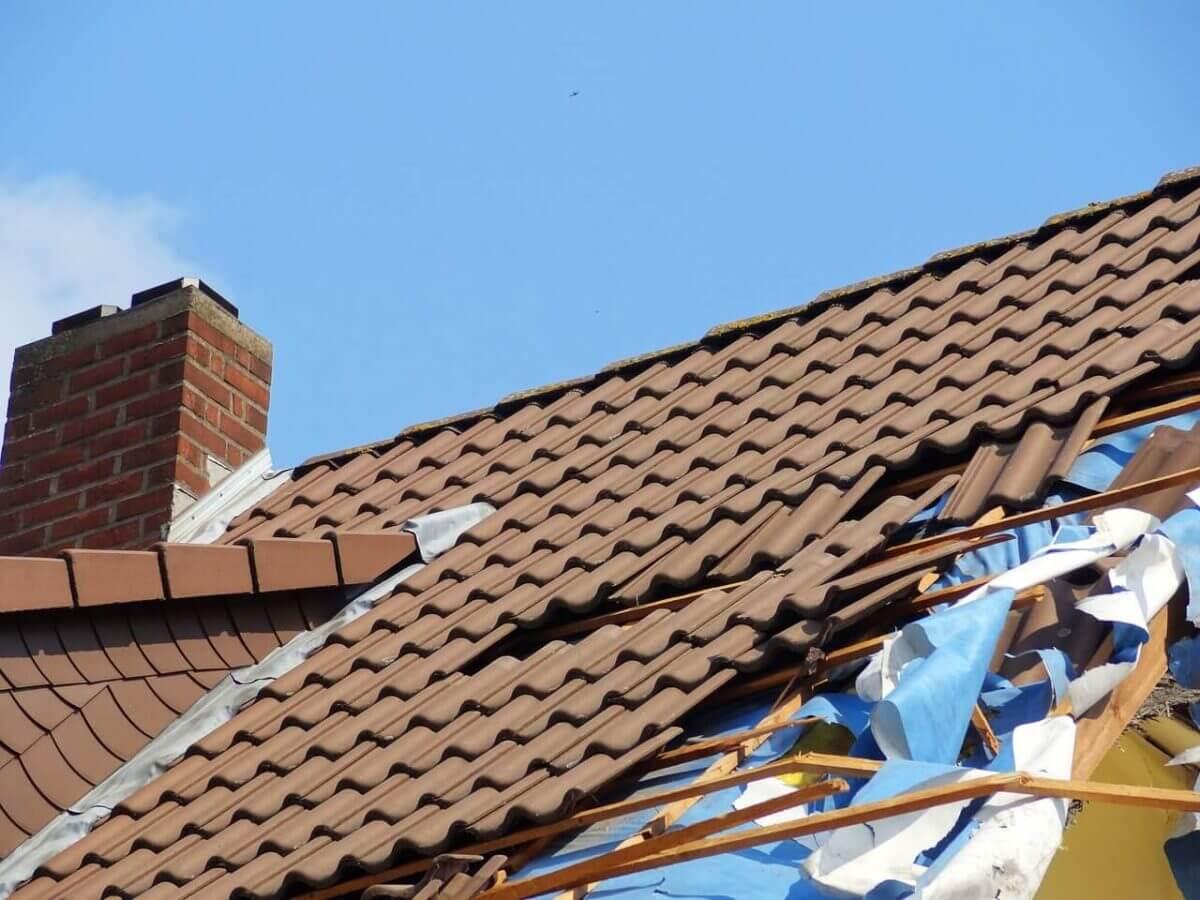 uszkodzenie dachu w czasie czyszczenia